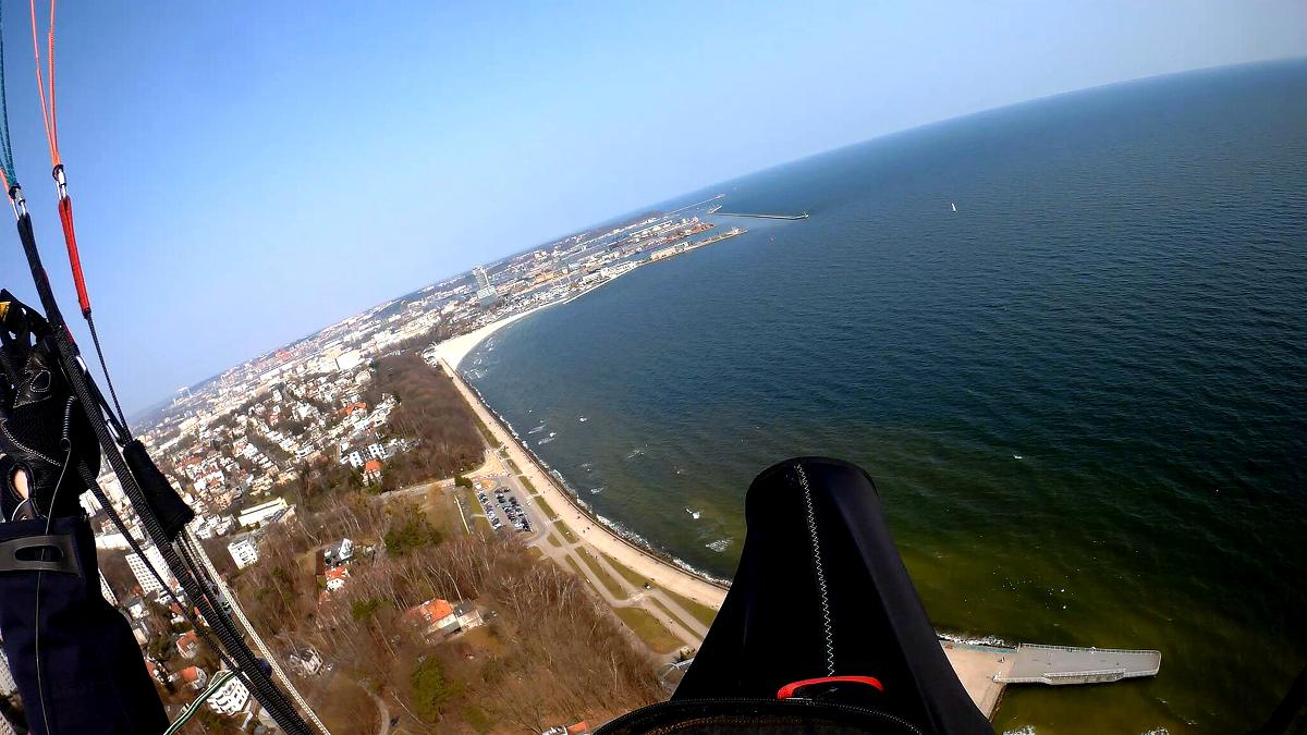 Widok z paralotni lecącej nad Gdynią